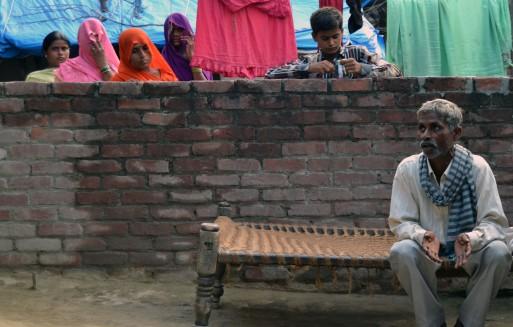 Sohan lal, padre de Murti, en primer plano; detrás están las madres de las dos niña y otras familiares